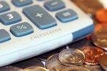 kalkulator obok monet